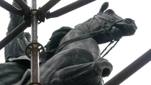ВКиеве вандалы отпилили ногу коню Щорса— Наметаллолом