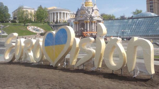"""Как под """"Евровидение"""" изменили центр Киева: Крещатик в клетке и клумбы с логотипом (инфографика)"""