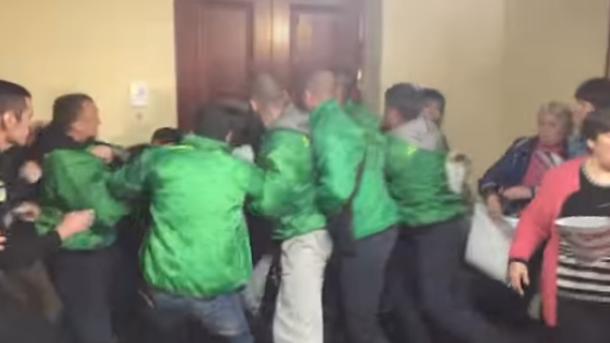 ВКиевсовете произошла драка между активистами иохраной