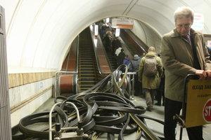 Задирание юбок в метро на эскалаторе