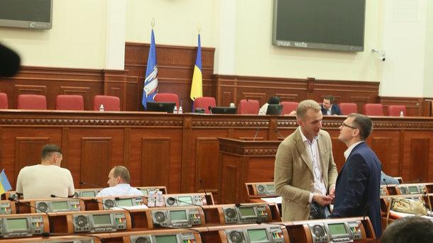 Бойцы добробатов сорвали сессию Киевсовета, требуя принятия официального статуса бойцов-добровольцев