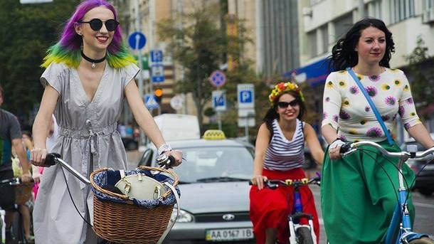 Девушки проедутся по столице на велосипедах. Фото: facebook.com/KyivCyclistsAssociation