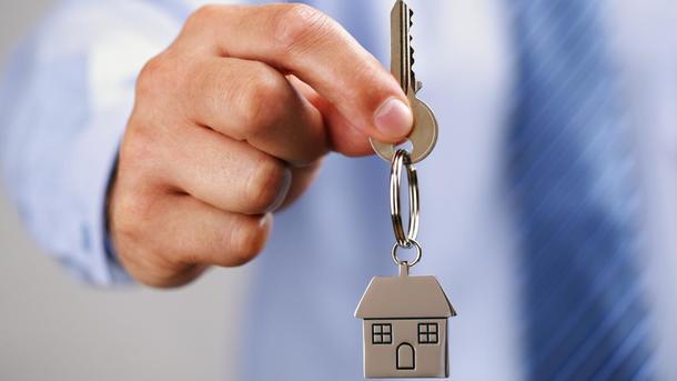 Чтобы завладеть квартирой пенсионерки, злоумышленник сначала вошел к ней в доверие. Фото: vsluh.ru