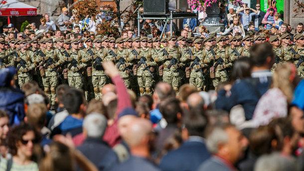 Танки наКрещатике: Вцентр столицы Украины пригнали военную технику