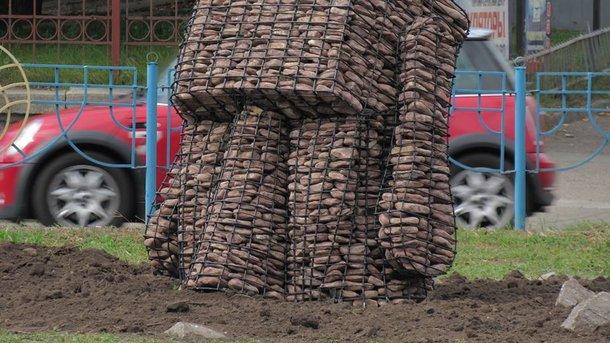 Каменные головы - новый арт-объект. Фото: facebook.com/debelyi