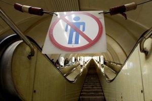 Видео под юбкой в метро на эскалаторе