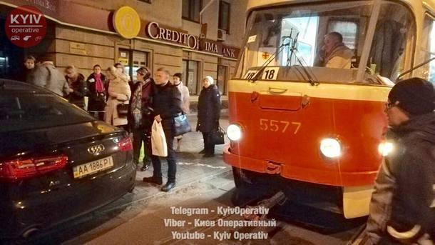 Пассажиры освободили дорогу трамваю. Фото: facebook.com/KyivOperativ