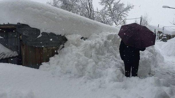 Коммунальщики вКиеве посыпали дороги солью наслучай снегопада