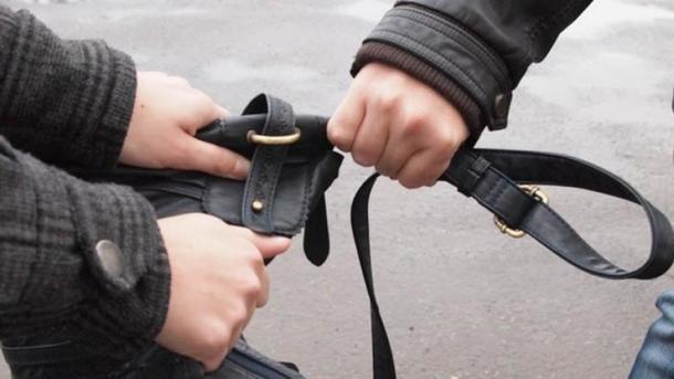 У мужчины вырвали сумку с деньгами. Фото: vp43.ru