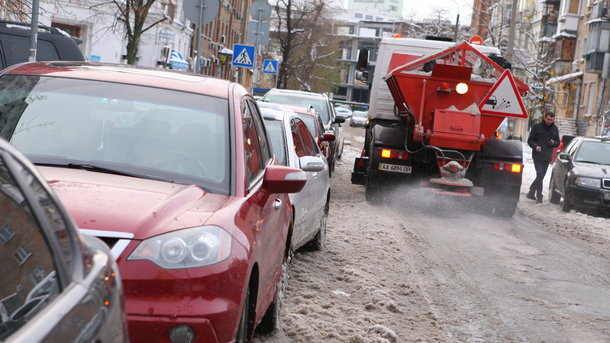 Из-за гололеда Киев сковали пробки, транспорт сбился сграфика