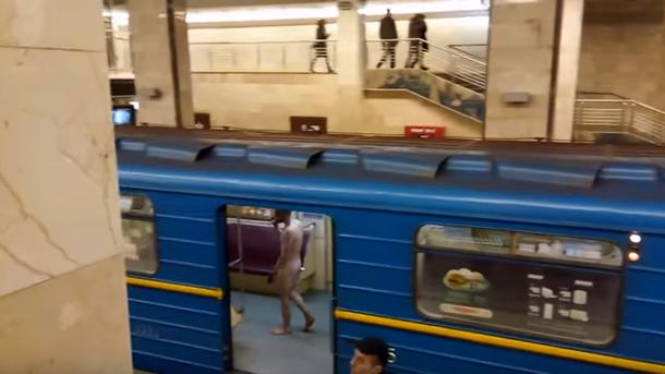 Вкиевском метро голый мужчина пугал пассажиров ибросался накопов
