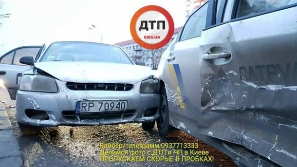 ВКиеве такси на«евробляхах» врезалось вполицейский Prius: пострадали копы