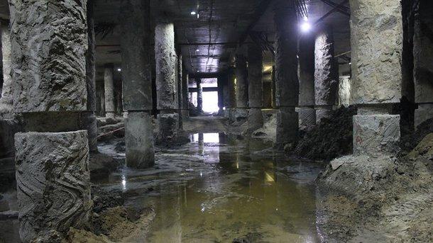Под Почтовой. Территория раскопок вместе с найденными артефактами под площадью затопило водой. Фото: А. Морина