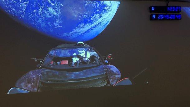 Руководитель компании SpaceX Илон Маск опубликовал последний снимок запущенного вкосмос автомобиля