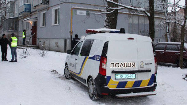 Под Киевом мужчина с палкой избил двоих полицейских