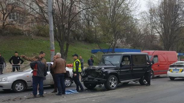 ВКиеве работник  автомойки угнал иразбил машину супруги  Медведчука