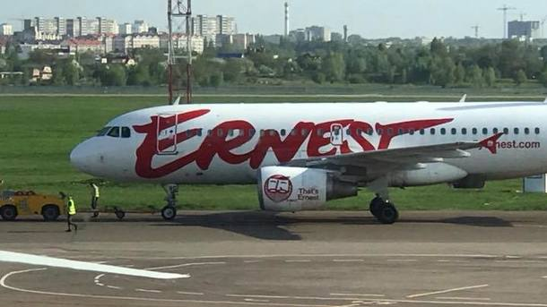 В «Жулянах» погрузчик въехал вборт самолета, рейс отложили насутки