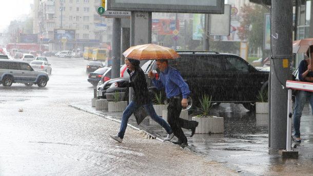 Вырванные номерные знаки ипробки на трассах: ВКиеве прошел сильный дождь