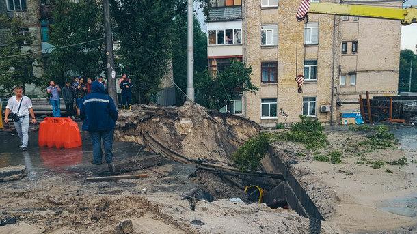 Обваливается мост, затопило суд— Потоп вКиеве