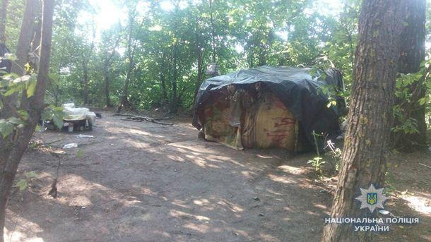Под Киевом нашли женщину, которая жила в лесу с двумя малышами
