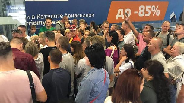 ВТурцию из«Борисполя» немогут вылететь сотни туристов