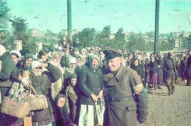 Киев, сентябрь 1941-го. Киевляне у ограды стадиона «Зенит» («Старт») на ул. Лагерной (Маршала Рыбалко). Порядок поддерживают украинские полицаи из бывших военнопленных. Фото: Иоганнес Хеле