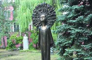 Памятник Марии Примаченко скульптора Федора Богинского, установленный в честь ее 100-летия