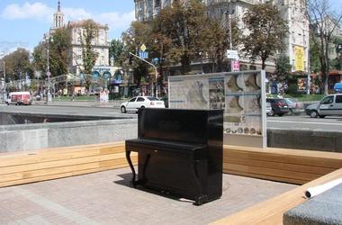 Трахают рядом с пианино