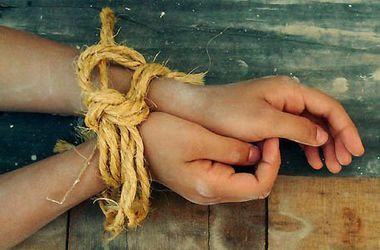 Связанные руки девушек фото 696-940
