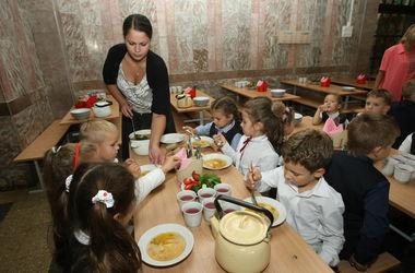 Киевские власти планируют отменить бесплатное питание в школах