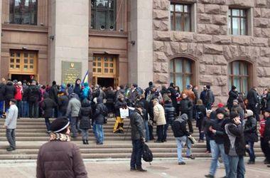 Около 700 человек митингуют под Киеврадой