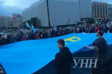 <p>Десятиметровый крымскотатарский флаг развернули на столичном Майдане</p>