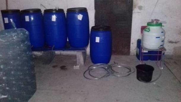 Спиртное изготавливалось из сомнительного сырья. Фото: kv.npu.gov.ua