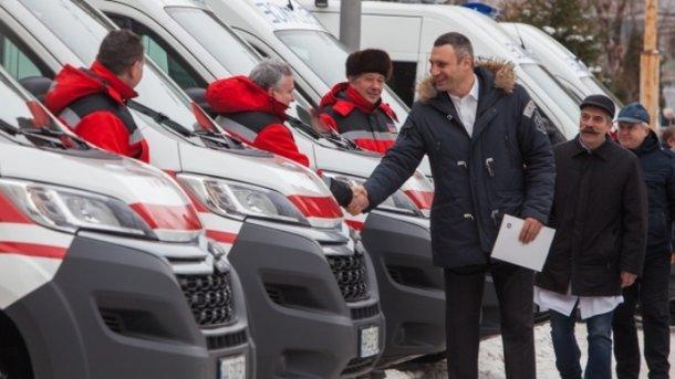 Киевские клиники получили 15 новых машин скорой помощи