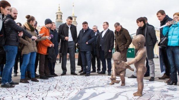 НаПочтовой площади установят контактные скульптуры основоположников столицы Украины, пускающих бумажные кораблики