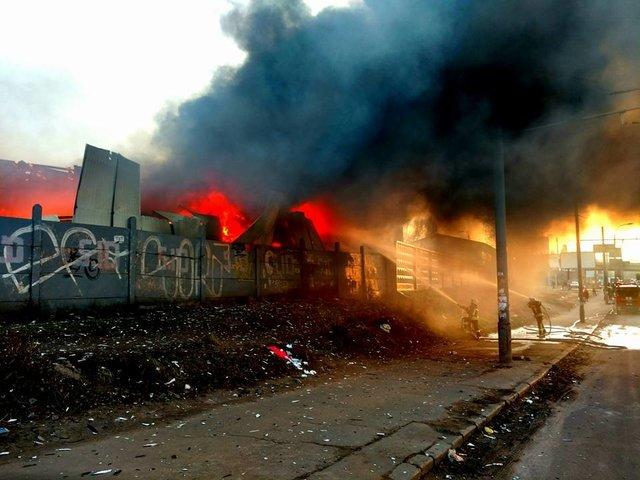 ВКиеве напроспекте Бандеры пламенеют склады 01апреля 2017 20:46