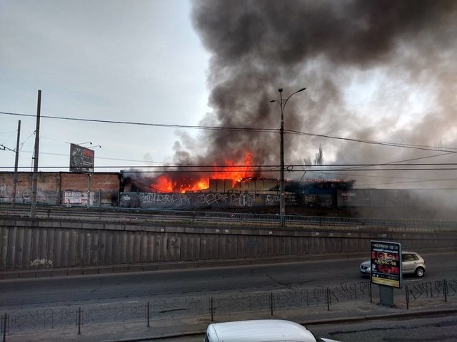 ВКиеве около метро Петровка— масштабный пожар