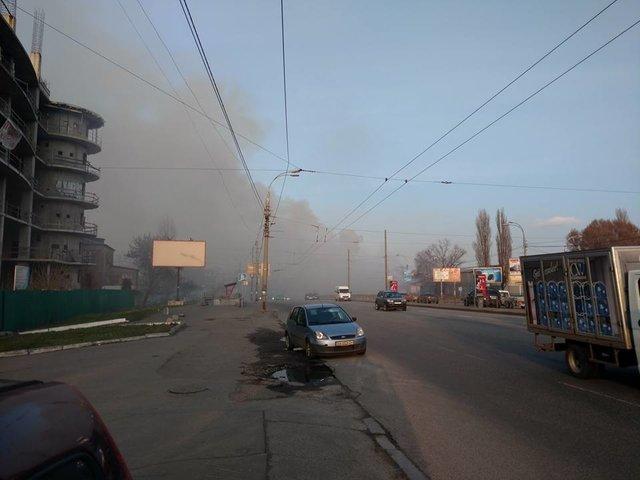 НаПетровке вКиеве загорелось сооружение, район заволокло дымом