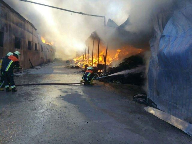 Под Киевом полыхает суконная фабрика, размещены фото