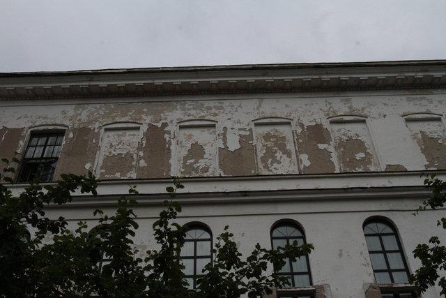Торец. Зданию нужен косметический ремонт