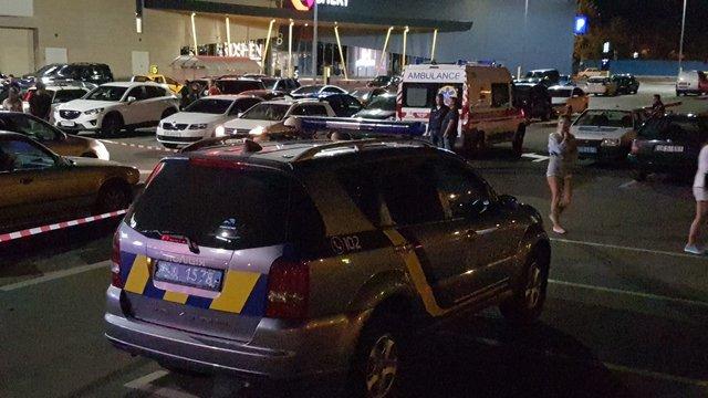 Около торгового центра вКиеве расстреляли человека