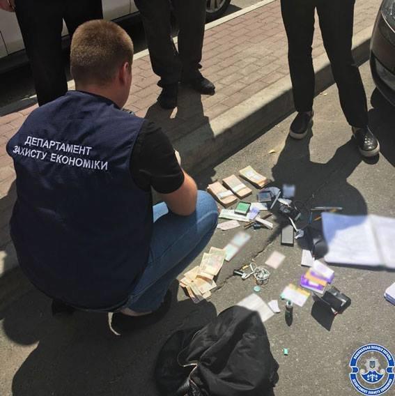 Навзятке в260 тыс. задержаны двое чиновников ГФС