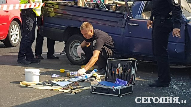 ВКиеве фургон раздавил начиненный оружием автомобиль