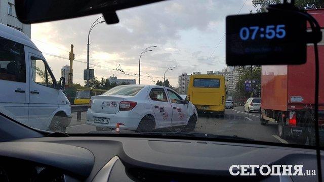 ВКиеве такси столкнулось смаршруткой
