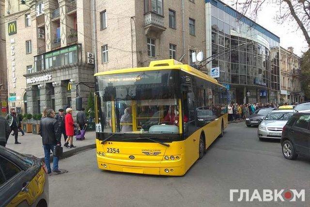 Вцентре украинской столицы троллейбус «лег» надорогу из-за переизбытка пассажиров