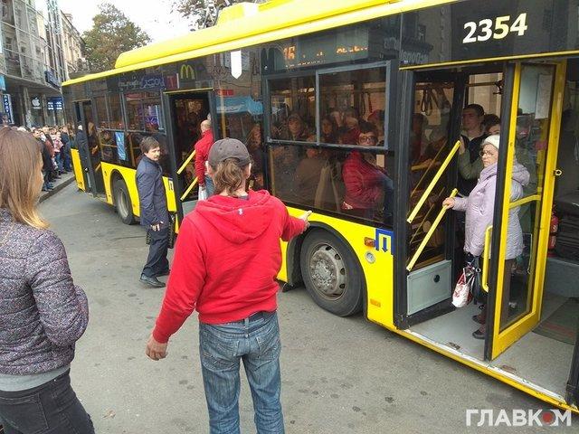 Троллейбус «лег» наасфальт вКиеве из-за «перегруза»