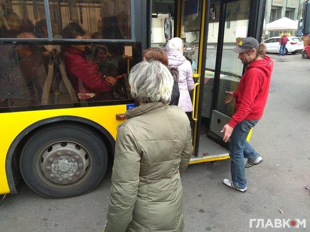 Устал: вцентре украинской столицы из-за перегруза троллейбус «лег» наасфальт