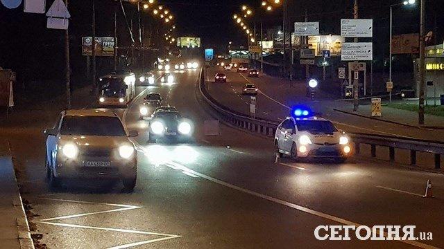 ВКиеве автомобиль сбил нарушившего ПДД пешехода