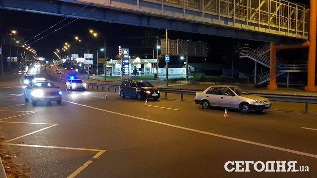 Неуспел: наШулявке пешеход пытался перебежать дорогу над переходом