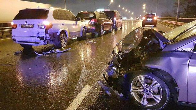 Направом берегу украинской столицы нетрезвый шофёр на Форд врезался вучастников ДТП